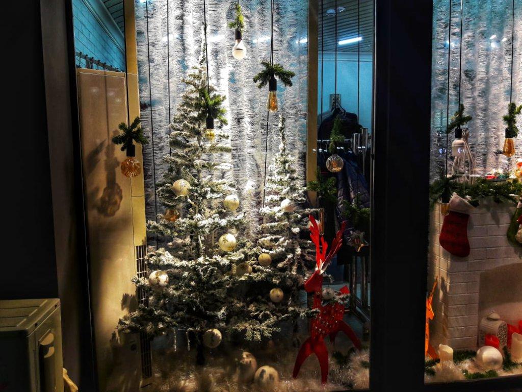 Info Shymkent - Winter decoration in a shop window in Shymkent