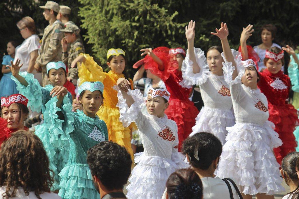 Info Shymkent - Dances with traditional kazakh dresses during Nauryz