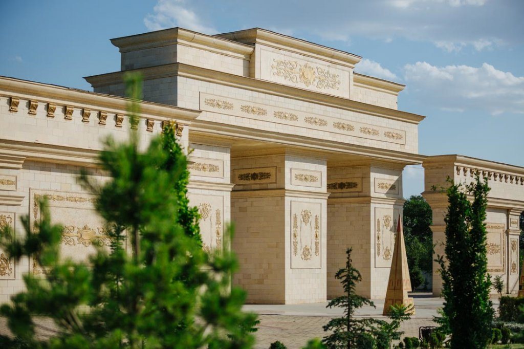 Info Shymkent - Gate of the Independence Park in Shymkent