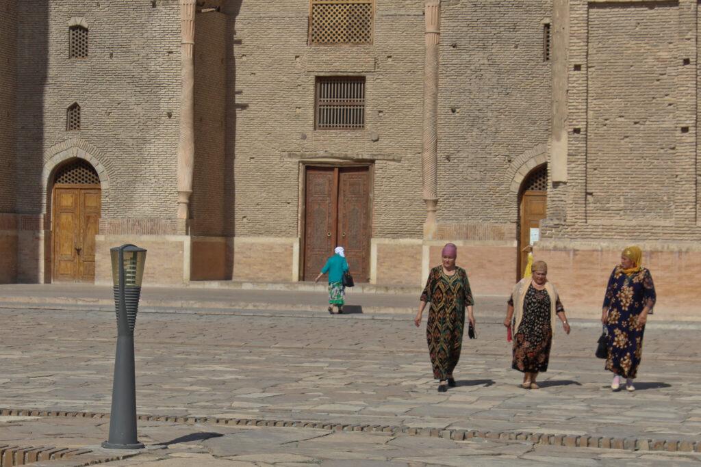 Info Shymkent - Pilgrims at the Yasawi Mausoleum