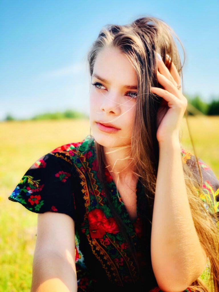 Info Shymkent - Young super star Daria Stefan sitting in a field