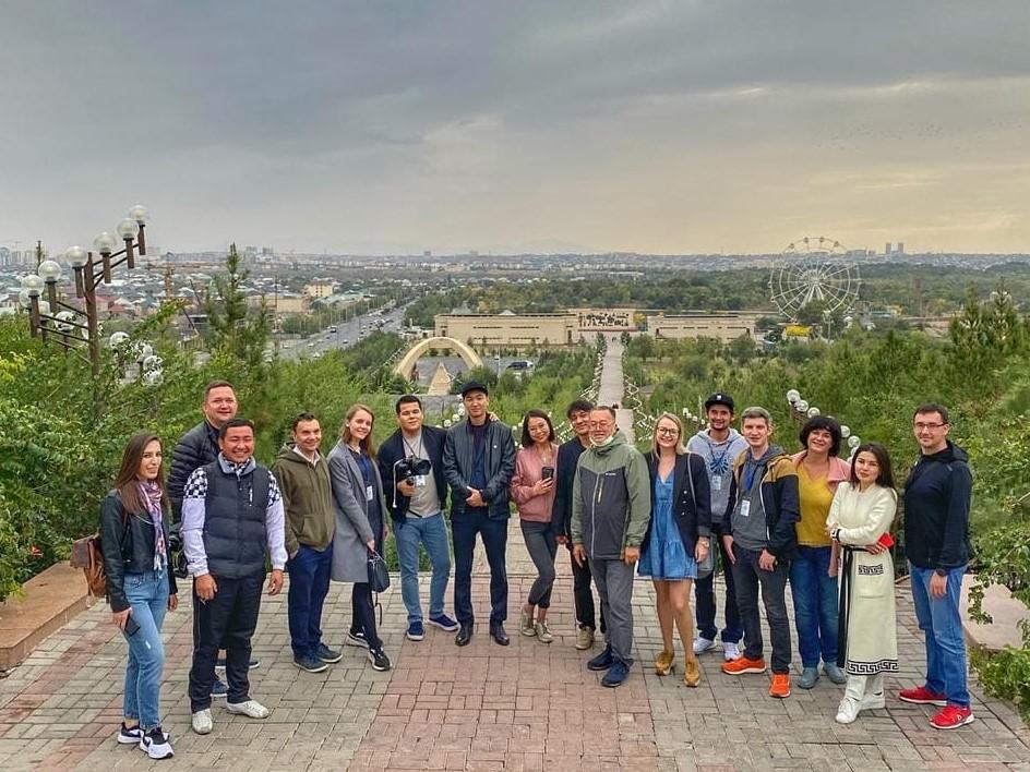 Info Shymkent - Guide Islam Kalani with international tourists in Shymkent
