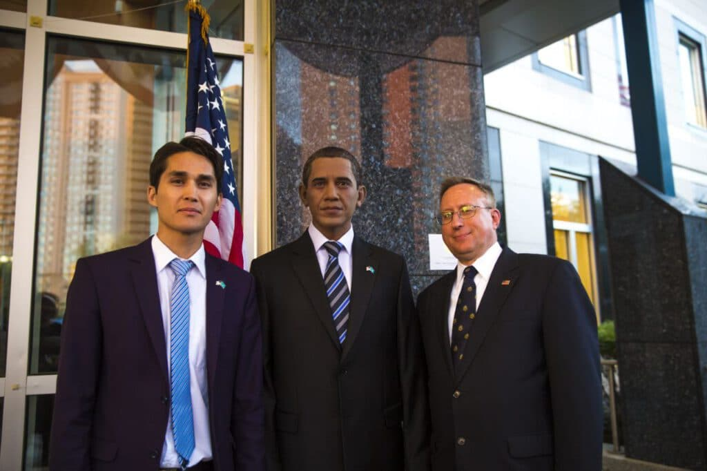 Info Shymkent - Aidos Esmagambetov with his Obama sculpture at US embassy