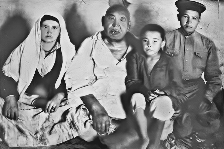 Info Shymkent - Photo of Kazakh Wrestler Kazhymukan Munaitpasov with family in his late years