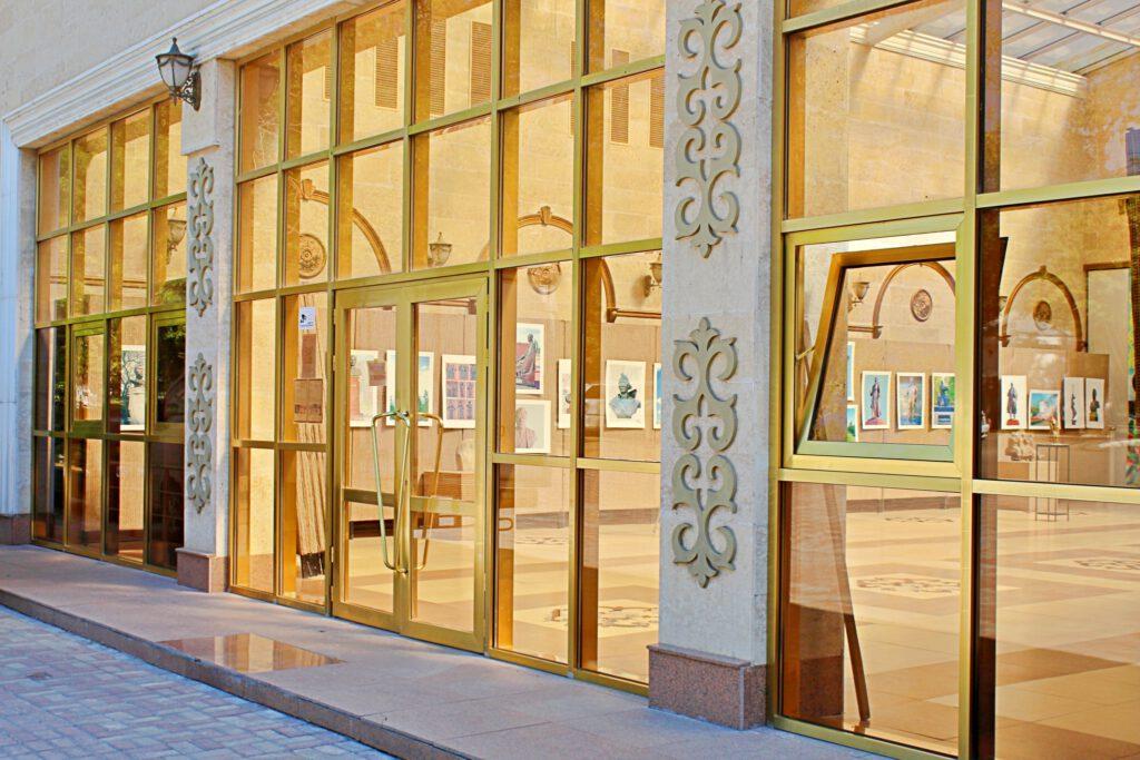 Info Shymkent - View into the Khudozhestvennaya Galereya inside Abay Park in Shymkent