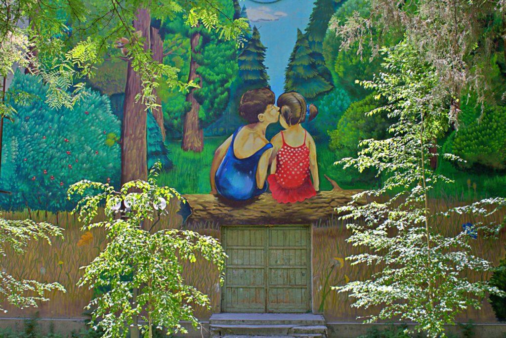 """Info Shymkent - """"Kissing Boy and Girl"""" Mural in Metallurgist Park in Shymkent"""